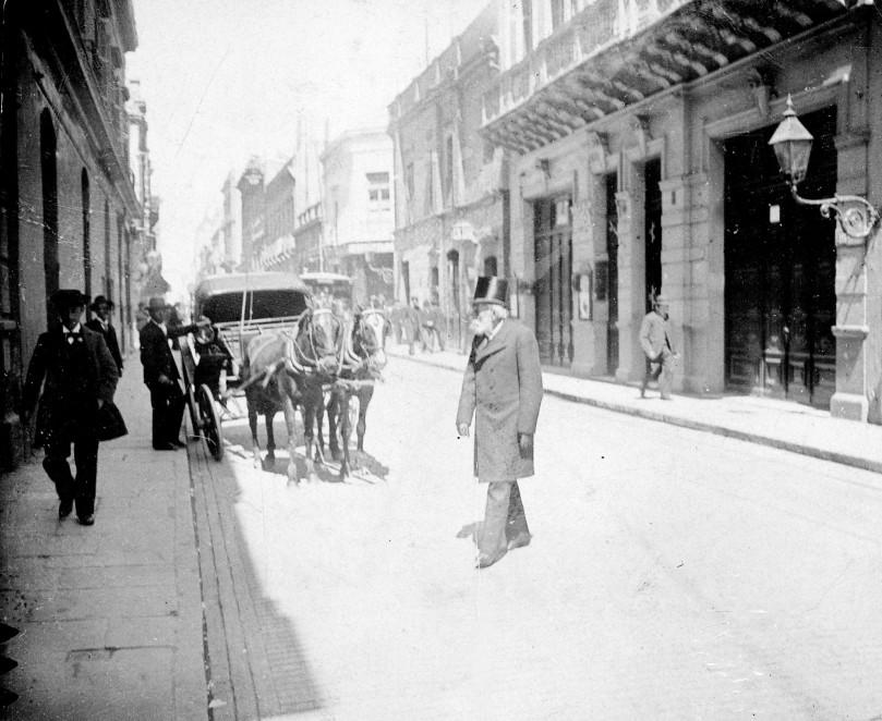 Buenos_Aires_-_diputado_Carlos_Tejedor_paseando_por_las_calles